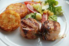 Svinemedaljon er virkeligheden en tournedos af gris, og her har vi lavet den med lækker marinade af sennep, bacon og friske rosmarinkviste. Foto: Guffeliguf.dk.