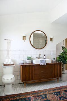 Vintage Bathroom Flair – Everything you need to turn your home into a home … Vintage Flair im Badezimmer – Alles was du brauchst um dein Haus in ein Zuhause zu verwandeln Modern Vintage Bathroom, Modern Farmhouse Bathroom, Vintage Bathrooms, Modern Room, Vintage Modern, Vintage Vanity, Modern Decor, Rustic Vanity, Vintage Dressers