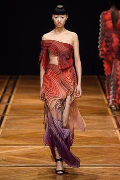 Iris van Herpen Spring 2019 Couture Fashion Show - Vogue Haute Couture Style, Couture Mode, Spring Couture, Couture Fashion, Runway Fashion, Iris Van Herpen, Weird Fashion, Love Fashion, High Fashion