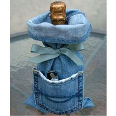 I think it's safe to say that you own at least 1 pair of denim jeans, right? Unfortunately, those jeans won't last forever. So here are 33 cool ways to reuse those denim jeans instead of just throwing them away. Wine Bag Source: My Soulful Home Jean Crafts, Denim Crafts, Lv Bags, Gift Bags, Tote Bags, Artisanats Denim, Jean Diy, Denim And Diamonds, Diy Jeans