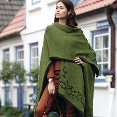 Шарф-пончо состоит из трех частей, украшен вышивкой и вывязанным узором «попкорн». Удобно, тепло и необычно!