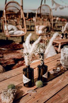 Rustikale Boho Hochzeitsdeko mit Gin Flaschen, Pampasgras, Pfauenfedern und Makramee. → Gefunden bei einer Boho Hochzeit im Festivallook auf frauimmer-herrewig.de | Hochzeitskonzept: Katrin Glaser von Sagt Ja | Foto: Engel Augenblicke | #hochzeitsdekotisch #hochzeitsdekoboho #hochzeitsdekopampasgras #hochzeitsdekorustikal #hochzeitsdekomakramee #bohohochzeit Vintage Table Decorations, Gold Wedding Decorations, Decoration Table, Wedding Centerpieces, Boho Wedding, Rustic Wedding, Grass Decor, Pampas Grass, Wedding Locations