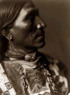 Peu Hawk.  Sioux.  1907 photographie par Edward S. Curtis.