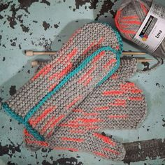 Kinda weird, kinda cool ✋ + ✋ = ❤ . . . . #knittersofinstagram #crochetersofinstagram #handmadeparade #maker #mittens #ravelry #seekthesimplicity #darlingmovement #slowfashion #instacolor #knitting_inspiration #onmyneedles #widn #yarnlove #handsandhustle #amandaochocki #hifive #strikk #maketime #chalklegs #tejer #tricoter