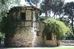 La Casa de la Vieja en el madrileño parque de El Capricho, fue levantada durante el primer período del jardín, pues ya estaba construida en el año 1795.