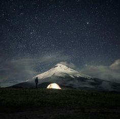 Noche de estrellas viendo al volcán Cotopaxi