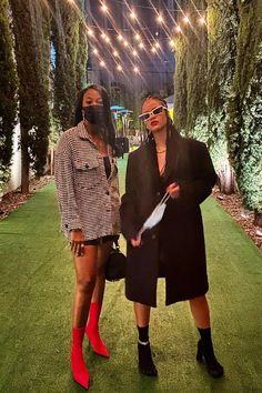"""Existe um ditado popular/brincadeira fashionista que diz: """"é feio até que Rihanna decida que não é."""" O exemplo mais recente? As botas Balenciaga x Vibram que a empresária-cantora-atriz-musa-ativista usou na última semana.  Rihanna e Melissa Forde (Foto: Reprodução/Instagram)    Versão de salto alto dos controversos tênis de dedinhos, o modelo custa US$ 1.290 (cerca de R$ 7.298,17) e divide opiniões n Rihanna You, Estilo Rihanna, Rihanna Outfits, Rihanna Street Style, Icy Girl, Bad Gal, Dressy Outfits, Get Dressed, Fitness Fashion"""
