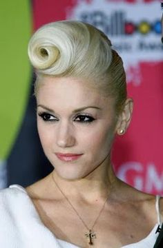 Check out pictures of singer Gwen Stefani hair and hairstyles. Gwen Stefani was formerly with the band No Doubt before she began her solo career. Stefani has medium-length, platinum blonde hair. Retro Updo Hairstyles, Mohawk Hairstyles For Women, My Hairstyle, Celebrity Hairstyles, Crazy Hairstyles, Hairstyle Ideas, Gwen Stefani Hair, Gewn Stefani, Twisted Hair