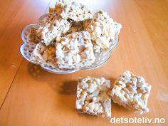 """""""Rice Krispie Treats"""" er SUPERPOPULÆRT snop fra Amerika!!! Originalversjonen lages med Kelloggs Rice Krispies, som er en søtet frokostblanding med sprø riskorn. Riskornene blandes med smeltet marshmallows, som gir en søt og karamellisert smak til de sprø riskornene. Kan også lages med sjokoladesmak, se """"Chocolate Rice Krispie Treats"""". Rice Krispie Treats, Rice Krispies, Cauliflower, Cake Recipes, Muffin, Ice Cream, Sweets, Baking, Vegetables"""