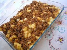 Faça Nhoque de batata.  Em uma panela de pressão coloque 1 kg de batata para cozinhar Depois de cozida esprema as batatas em um recipiente, e em seguida coloque 1 ovo inteiro, 1 colher de margarina e aos poucos vá adicionando 300 a 400 g de amido de milho. Coloque sal a gosto A massa fica uma consistência macia Colocar água em uma panela para o cozimento do nhoque, e colocar a massa na nhoqueira. Acrescentar molho bolonhesa.