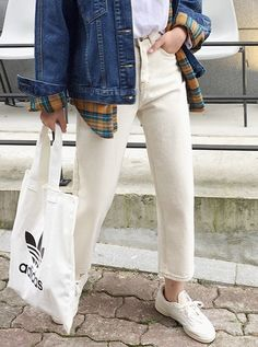 Mom jeans are making a comeback and we're not complaining! Mom Jeans, Streetwear, Chic, How To Make, Pants, Fashion, Street Outfit, Shabby Chic, Trouser Pants