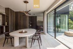 Tijdloze elegantie aan de kust - Devos Interieur - 's Gravenwezel Kitchen Dining, Dining Table, Dining Rooms, Outdoor Furniture Plans, Spanish Design, Beach House, Villa, Home Decor, Belgium