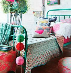 Dormitorio de estilo bohemio con mucho color