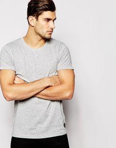 T-Shirt von Minimum weicher, genoppter Jersey Rundhalsausschnitt V-Blende reguläre Passform - entspricht den Größenangaben Maschinenwäsche 100% Baumwolle Model trägt Größe M und ist 188 cm/6 Fuß 2 Zoll groß