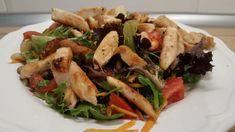 10 perces vacsora vagy ebéd tipp: csirkemell csíkok salátával. Nagyon finom és egészséges is. Tökéletes fehérjeforrás, vitamint, rostokat és rengeteg szükséges tápanyagot tartalmaz, szénhidrátmentesen. Nagyon finom ízek varázsolhatók az asztalra bármikor, pár perc alatt. Recept képekkel, pontos mennyiségekkel.