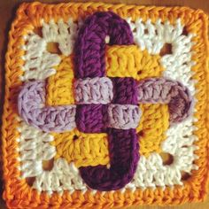 Celtic Knot Square (link to free pattern on Ravelry) * You must look at the projects for this pattern (click projects tab on the pattern page) The variations are amazing! Crochet Squares Afghan, Crochet Motifs, Form Crochet, Crochet Blocks, Granny Square Crochet Pattern, Crochet Afghans, Crochet Stitches, Crochet Baby, Knit Crochet