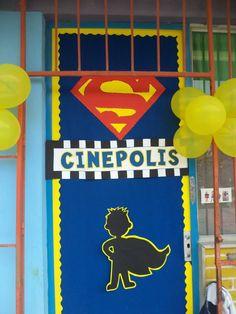 Puerta decorada de superheroes superman