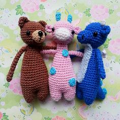 Three are a party! And these three know how to party, that's for sure. Bear, giraffe and dragon are still available (in my shop, see link in my profile, or via direct message). ★ Anleitungen von / Patterns by @littlebearcrochets ★ #littlebearcrochets
