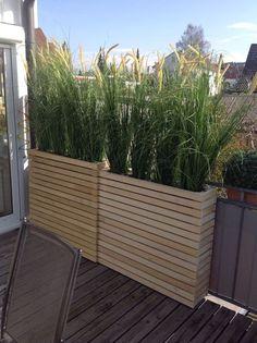 Hoge plantenbakken. Ook te gebruiken als windscherm of afscheiding. Wieltjes eronder maken