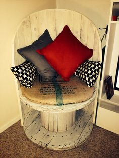 Wood Projects A wooden reel can often be picked up for free . Pallet Patio Furniture, Upcycled Furniture, Furniture Plans, Diy Furniture, Furniture Design, Pallet Chair, Wood Patio, Spool Tables, Wood Spool