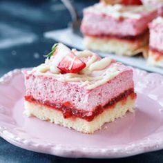 Kuchen mit Marmelade und Erdbeermousse