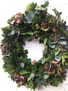 Herfst eikenblad hortensia krans Xmas Wreaths, Autumn Wreaths, Hydrangea Wreath, Floral Wreath, Couronne Diy, Outdoor Christmas Decorations, Autumn Garden, Fall Flowers, Summer Wreath