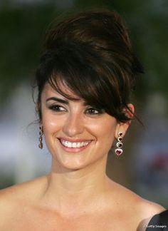Para o Festival de Cannes em 2006, a bela optou pelo coque volumoso com franja lisa e penteada para a lateral