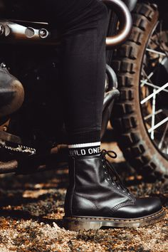 Dm Boots, Combat Boots, Quirky Fashion, Petite Fashion, Fitz And Simmons, Motorcycle Style, Pinterest Fashion, British Style, Autumn Winter Fashion