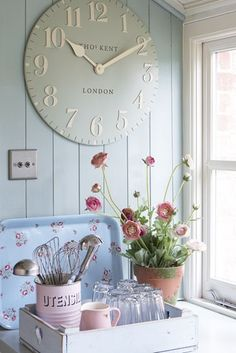 Country kitchen, wall clock and panelling. Shabby chic ideal home Shabby Chic Vintage, Estilo Shabby Chic, Shabby Chic Homes, Shabby Chic Decor, Shabby Chic Style, Shabby Chic Clock, Vintage Country, Country Chic, Country Decor