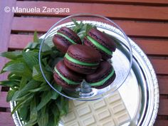 This recipe makes delicious macarons with a dark cocoa shell filled with white chocolate and mint ganache. Mint Recipes, Caramel Recipes, Yummy Recipes, Recipies, Chocolate Triffle Recipe, Chocolate Roulade, Chocolate Crinkles, Chocolate Recipes, Just Desserts