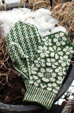 One skein of Zauberball is enough for both the Maja hat and Maja mittens. Knitted Mittens Pattern, Knit Mittens, Knitted Gloves, Knitting Socks, Hand Knitting, Knitting Charts, Knitting Patterns, Crochet Patterns, Wrist Warmers