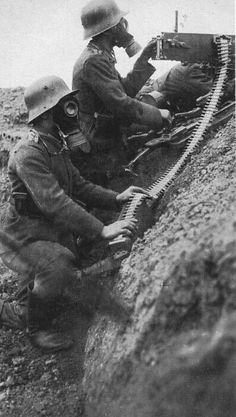 German soldiers equipped with gas masks, handle a gun. German Soldiers Ww2, German Army, World War One, First World, Ww1 Photos, War Photography, Dieselpunk, Military History, Man Of War