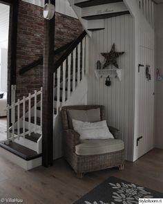 eteisaula,portaat,porraskomero,tiiliseinä,eteinen,tähti