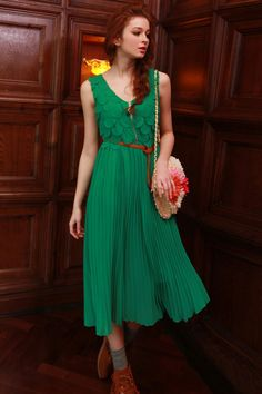 Green chiffon and pleated dress | out with friends or family for lunch | pink ombre purse