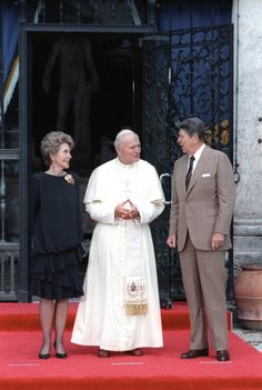 Pope John Paul II with Ronald and Nancy Reagan. The epitome of grace and perfection. What an amazing picture. Papa Francisco, Catholic Saints, Roman Catholic, Pape Jeans, Papa Juan Pablo Ii, Pope John Paul Ii, Paul 2, Fantasy Character, Nancy Reagan