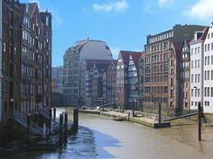 Hamburg, Nikolaifleet: (bei Ebbe), der ursprünkliche Lauf der Alster - Hamburger Hafen zu Beginn 1188 // Rückseiten der Bürgerhäuser und Speicher: re. Deichstr. - li. Cremon