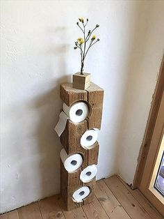 Auch im Bad kann man schöne DIY Ideen umsetzen. Wie findest du diesen coolen Kl… You can also implement beautiful DIY ideas in the bathroom. What do you think of this cool toilet paper holder? A real eye-catcher! Wood Crafts, Diy And Crafts, Diy Casa, Home Projects, Woodworking Projects, Woodworking Logo, Woodworking Plans, Woodworking Videos, Woodworking Beginner