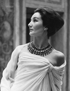 Jacqueline de Ribes in Christian Dior at home in Paris, 1959 Vintage chic black white Vintage Glamour, Vintage Dior, Vintage Mode, Vintage Fashion, Vintage Beauty, Christian Dior, Jacqueline De Ribes, Mode Chic, Costume Institute