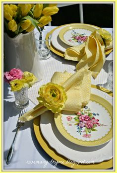 Cheery table setting!  So much yellow, some white, and a dab of pink.  Very spring-y, very garden-y, very fun!