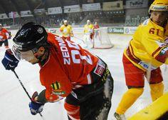 Zľava: Útočník Banskej Bystrice Richard Zedník a obranca Trenčína Richard Lintner počas 5. kola hokejovej Slovnaft extraligy medzi HC'05 Banská Bystrica a Duklou Trenčín. Banská Bystrica, 17. september 2010.