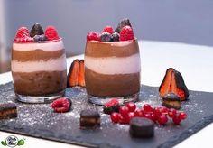 Diese low carb Mousse au Chocolat schmeckt genau wie die gezuckerte Variante, als Highlight mit low carb high fat Erdbeer-Mascapone Creme verfeinert!