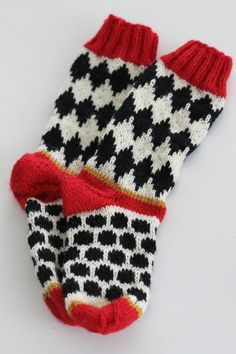 Minun vitsaukseni on matala verenpaine ja sen takia pidän oikeutenani nauttia salmiakkia, vähän niinkuin lääkkeeksi. Jos muutenki... Fair Isle Knitting, Knitting Socks, Knitted Hats, Knitting For Kids, Baby Knitting, Woolen Socks, Bunt, Knit Crochet, Knitting Patterns
