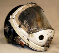 LOVE the material use and scuffed/ banged up grit Thrawn Trilogy, Diving Helmet, Space Fashion, Helmet Design, Fighter Pilot, Space Travel, Dieselpunk, Headgear, Concept Art