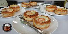 Ο Βαγγέλης Δρίσκας μας φτιάχνει υπέροχα ψωμάκια για πρωινό που θα αγαπήσουν μικροί και μεγάλοι! Πολύ εύκολη συνταγή που αξίζει να φτιάξετε. Breakfast Pancakes, Breakfast Snacks, Griddle Pan, Cooking Time, Nutella, Food Processor Recipes, Muffin, Brunch, Food And Drink
