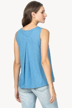 Pleat Back Tank Sewing Ideas, Sewing Projects, Knitting Help, Grey Blouse, Tee Shirts, Tees, Plus Size Tops, Shirt Style, Fashion Ideas
