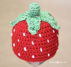 Repeat Crafter Me: free Crochet Strawberry Hat Pattern Crochet Baby Bonnet, Crochet Baby Hat Patterns, Crochet Beanie, Knit Crochet, Ravelry Crochet, Crochet Strawberry, Crochet Fruit, Strawberry Baby, Crochet Crafts