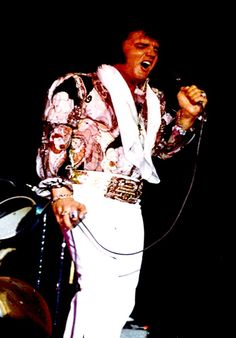 ELVIS ON STAGE IN LAS VEGAS IN A 2 PIECE SUIT IN AUGUST 1972