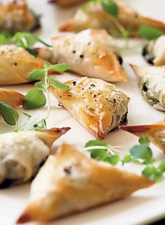 Feta-spinach-triangles are on the menu today! I Love Food, Good Food, Yummy Food, Vegetarian Recipes, Snack Recipes, Healthy Recipes, Salty Foods, Savoury Baking, Savory Snacks