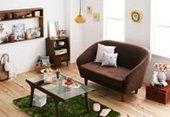 コロンとしたフォルムのソファを中心に、雑貨をちりばめたコーディネート。明るい色の床に、暗めの色の家具をおくときは、写真のように色のあるラグマットがおすすめ