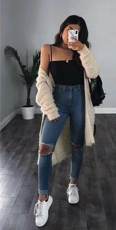 Look calça jeans destroyed body preto maxi cardigan e tênis branco. The post Look calça jeans destroyed appeared first on Jean. Cute Casual Outfits, Simple Outfits, Pretty Outfits, Stylish Outfits, Dress Casual, Boho Dress, Casual Wear, Spring Fashion Outfits, Look Fashion